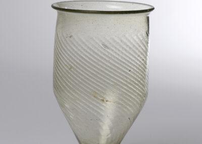 Gobelet, verre verdâtre, soufflé, IIIe – IVe siècles après J.-C., Gaule Belgique