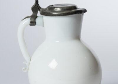 Chope, verre blanc de lait, couvercle en étain, XVIIIe siècle, probablement Bohème